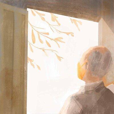 De costas e usando máscara, um senhor contempla da porta de casa galhos de um pé de pinha do lado de fora da residência