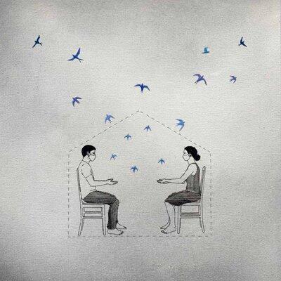 Dentro de uma casa demarcada por linhas tracejadas, um homem e uma mulher, sentados de frente ao outro, estendem as mãos. Pássaros azuis voam para além das fronteiras da casa.