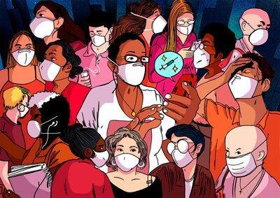 Mulher com máscara lê mensagem no celular sobre vacinas em meio a uma multidão de pessoas com máscaras.