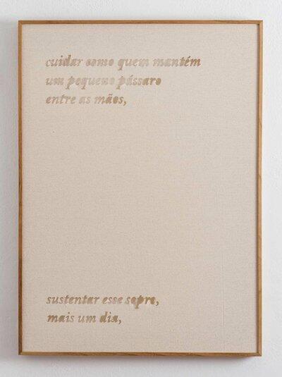 Tela com fundo bege e moldura dourada fina escrito em letras douradas Cuidar como quem mantém um pequeno pássaro entre as mãos, Sustentar esse sopro, mais um dia